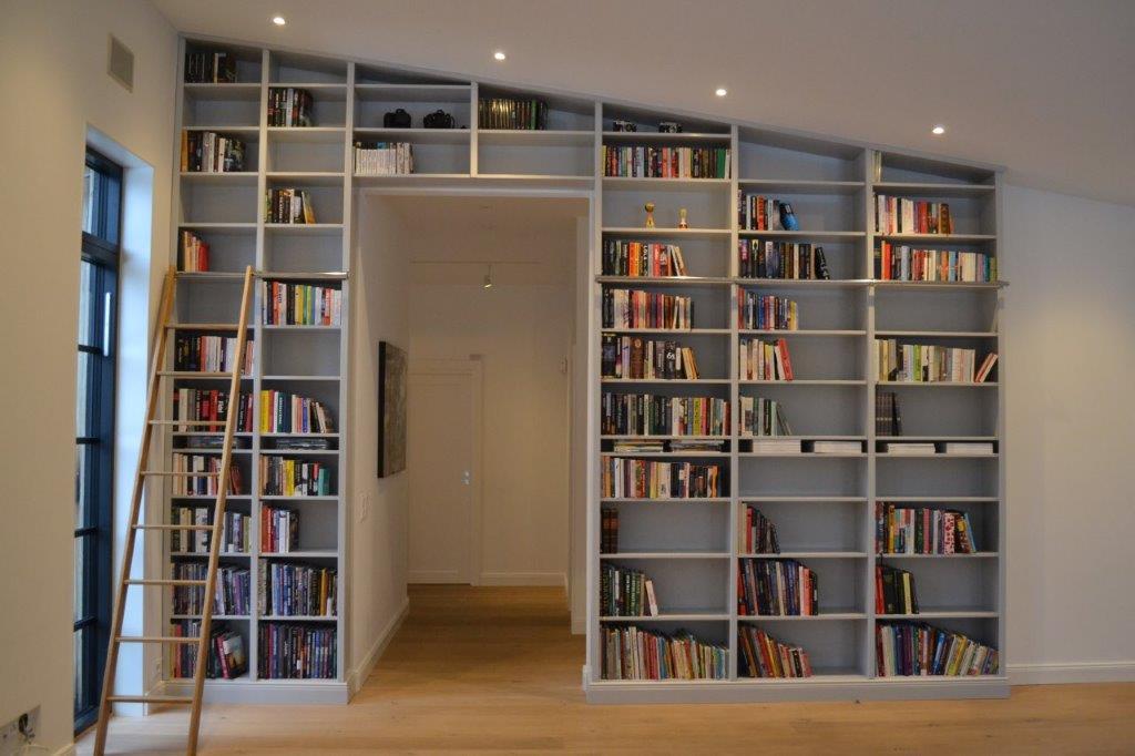 Stege Bokhylla Stege Decor Open Shelves Filled With Cookbooks In The Kitchen Libri Hylla